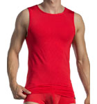 Olaf Benz strengthens its 1201 permancent line with this tanktop in a soft and thin material, with very thin tone-on-tone stripes and slightly transparent.
